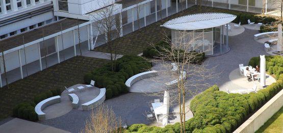 Die  Bühler  AG  in  Uzwil  hat  den  Aussenbereich  des  Hauptsitzes  mit  weissen  BURRI02  Produkten  aufgewertet
