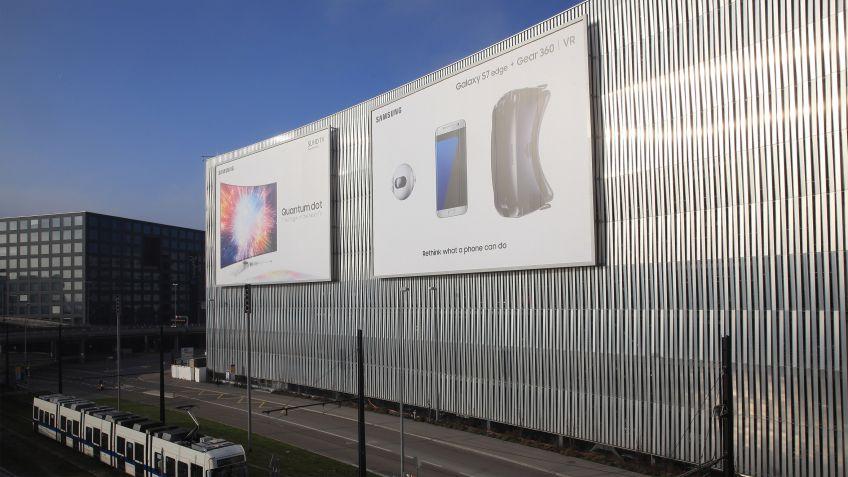 An  die  Fassade  des  Parkhauses  P6  am  Flughafen  Zürich  sind  Megaposter  von  BURRI  public  elements