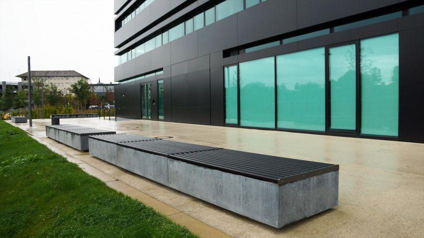BURRI02  Bankauflagen  mit  Hartgummi-Mantel  als  Ergänzung  betonierter  Sitzflächen.