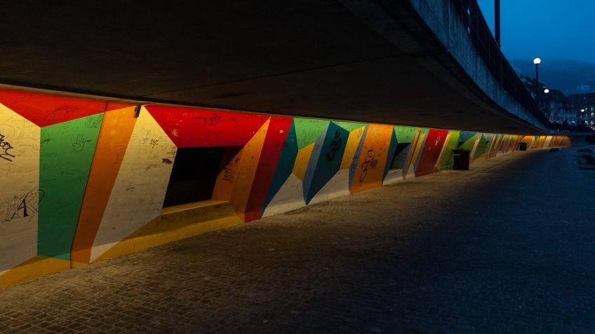 Die  schlichte  weisse  Lichtfarbe  von  SHINE  beleuchtet  die  farbig  gestalteten  Wände  der  Katastrophenbucht  ideal.