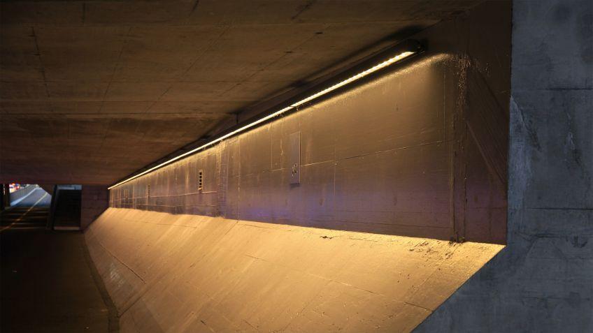 Ebenfalls  in  Unterführungen:  Über  40  Meter  lange  INLINE  LED  Wallwasher,  spezialangefertigt.