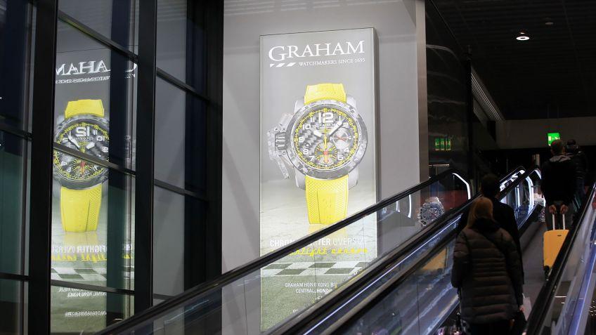 Grossleuchtkästen  LK  Seamless  machen  Passanten  im  Flughafen  Zürich  auf  Werbung  aufmerksam.