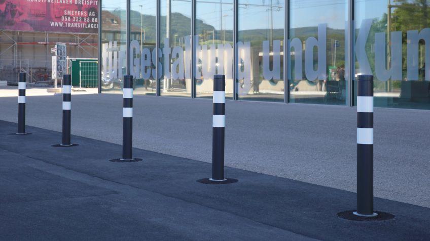 UNI  Absperrpoller  von  BURRI  vor  der  Hochschule  für  Gestaltung  und  Kunst  Nordwestschweiz.