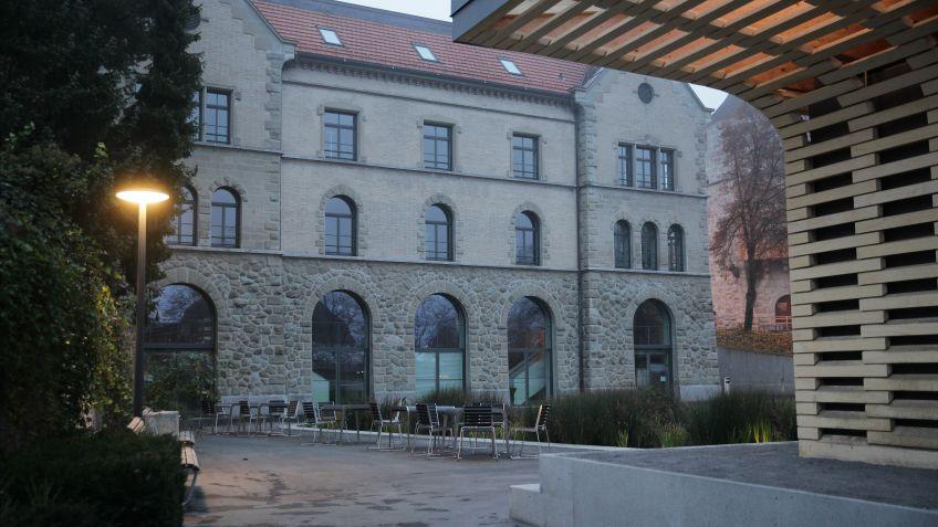 Passen  gut  ins  Bild  des  Stadtgartens  Zug:  BURRI02  Tische  und  Impetus  Tische