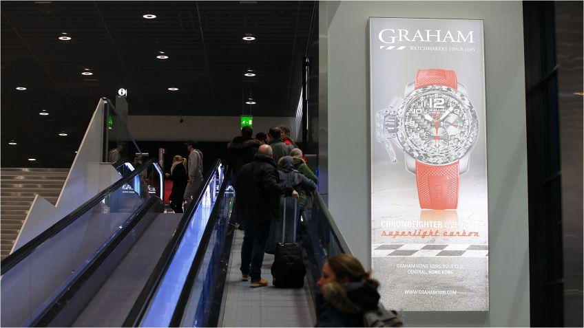 Ein  an  die  Wand  montierter  Grossleuchtkasten  LK  Seamless  im  Flughafen  Zürich.