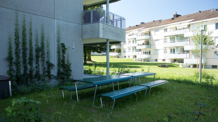 Landi  Bank-Tisch-Bank-Kombinationen  vor  dem  Eingang  des  Kinderhortes  am  Eyhof  Zürich.
