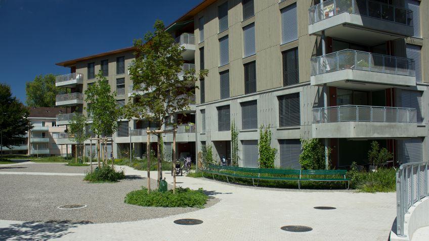 Das  moderne  Siedlungsbild  wird  durch  den  Einsatz  von  verschiedenen  Landi  Sitzbänken  zusätzlich  aufgewertet.