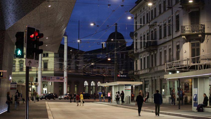 Die  METRO  erhellt  mit  effizienter  LED-Technik  als  Seilleuchte  den  Bahnhof  Winterthur.