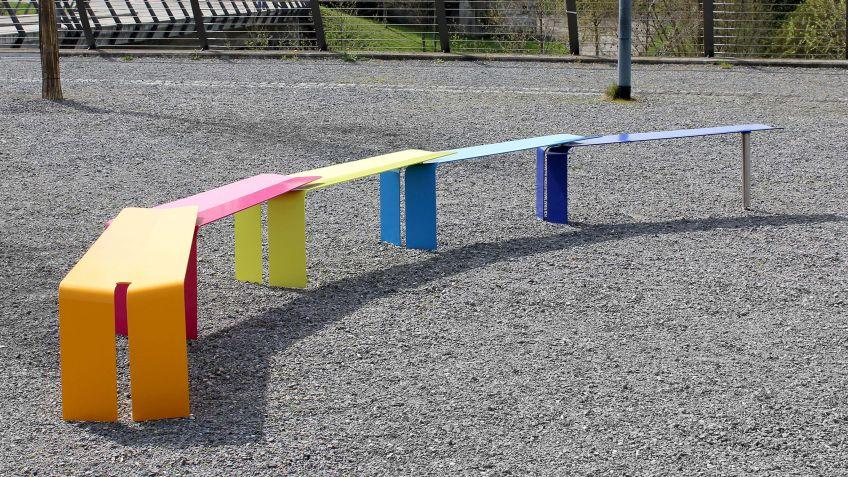 Farbige  Plico  Bänke  mit  flexibler  Gelenkverbindung  in  bogenförmiger  Aneinanderreihung.