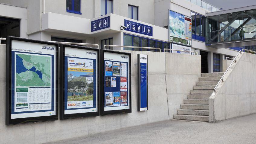 Die  City  Lights  Anschlagkästen  und  das  BURRI  Fussgänger-Wegleitsystem  in  Silvaplana.