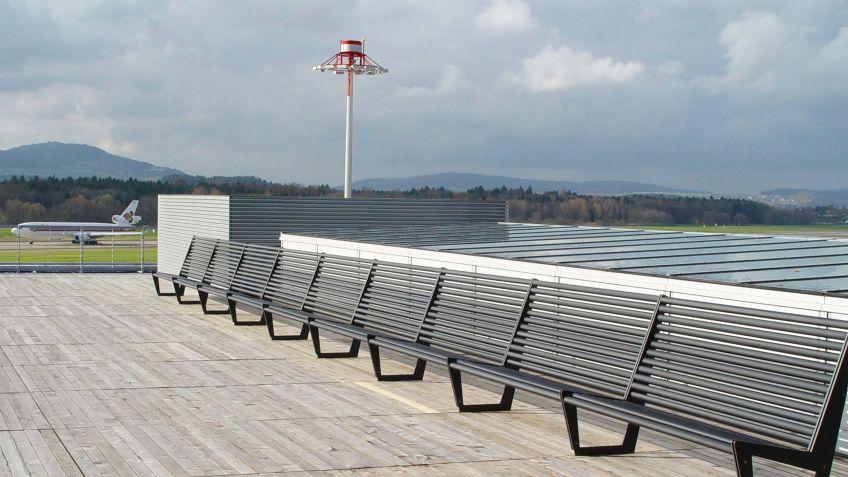 BURRI  02  mit  hoher  Rückenlehne  für  bequemes  Zurücklehnen  beim  Blick  nach  oben  am  Flughafen  Zürich.