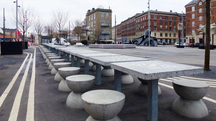 Öffentliche  Spieltische  für  Mühle  &  Schach  auf  Kunststeinplatten  am  Superkilen  Dänemark.