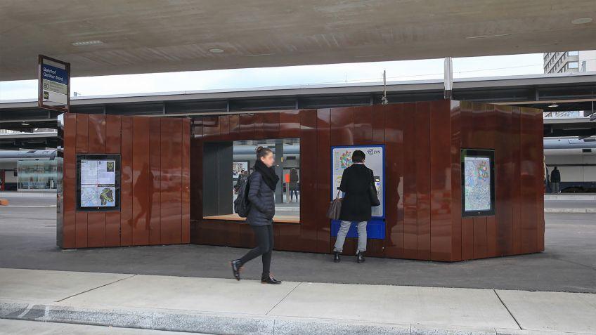 Am  Bahnhof  Oerlikon  wurden  auf  dem  Max-Frisch-Platz  spezialgefertigte  Paravents  montiert.