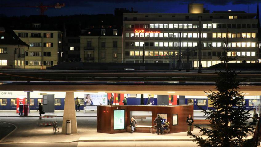 Harmonieren  mit  der  Umgebung:  Spezialangefertigte  Paravents  am  Max-Frisch-Platz  in  Zürich  Oerlikon.