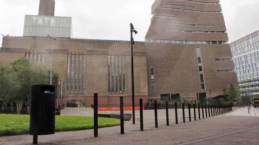 Public  Bins  in  London  Black  und  Uni-Absperrpfosten