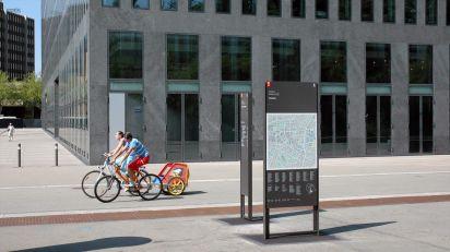 Breite  Signaletik-Stele  mit  modularen,  werkzeuglos  austauschbaren  Paneelen  als  Wegleitsystem  durch  die  Stadt  Zürich.