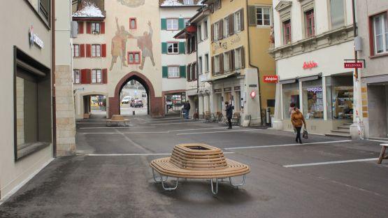 Dank  den  360°-Bänken  können  Boutiquen  und  Läden  der  Rathausstrasse  erkundet  werden.