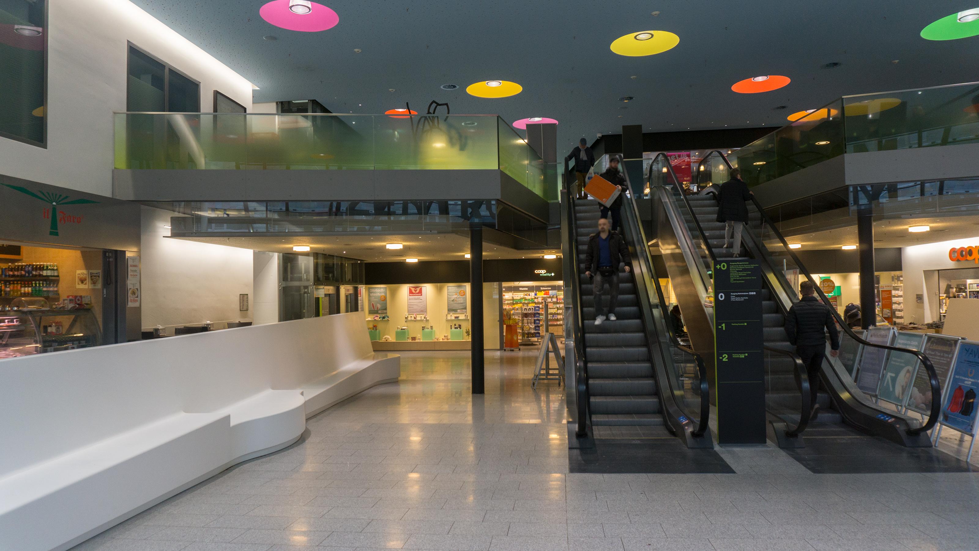 Zentrum Wallisellen - Logo LED Beschriftung Läden und Stele mit Stockwerkbeschriftung