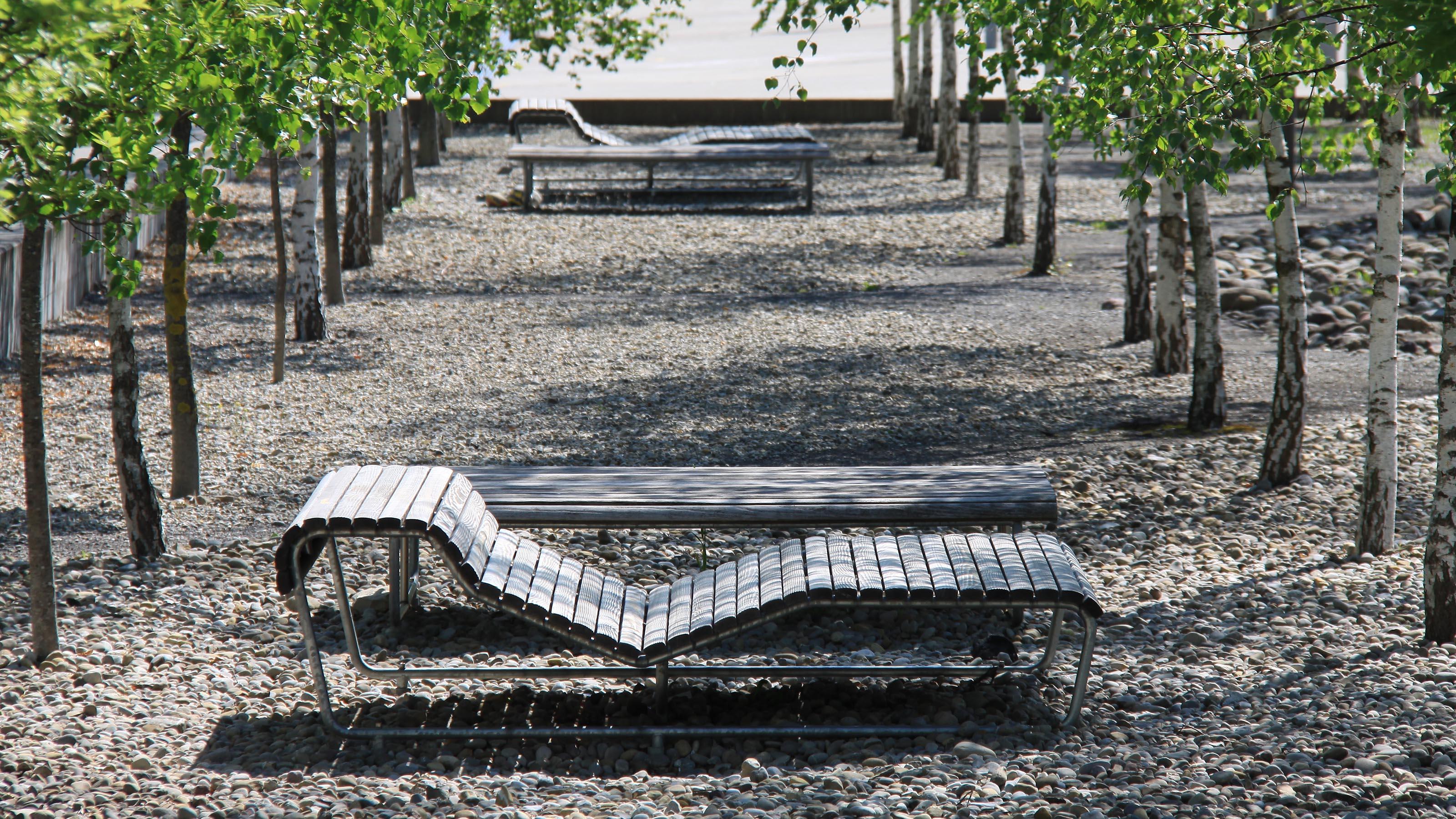 Ergonomische  Landi  Liege  lädt  zum  Verweilen  in  einer  öffentlichen  Parkanlage.
