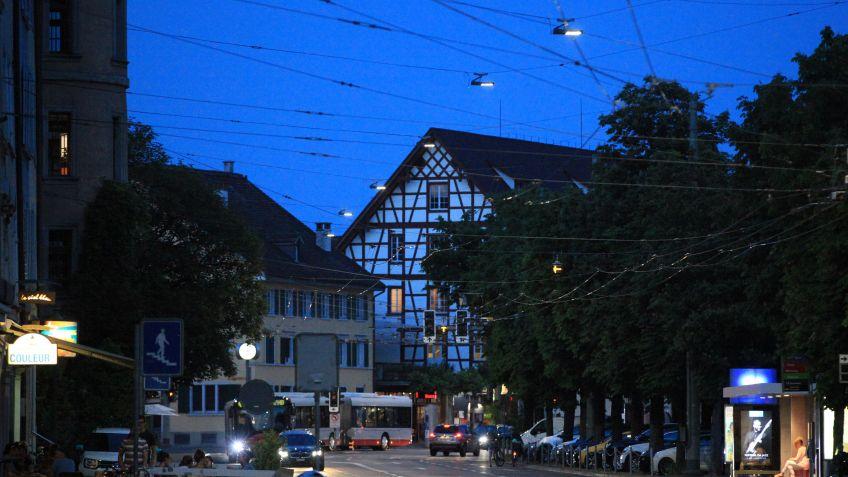 METRO  an  den  Seilaufhängungen  über  der  Technikumstrasse  in  Winterthur