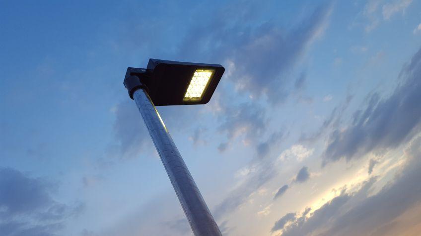 Auf  dem  Dach  des  Parkhauses  P6  am  Flughafen  Zürich  wurden  44  METRO  40  LED  Leuchtensysteme