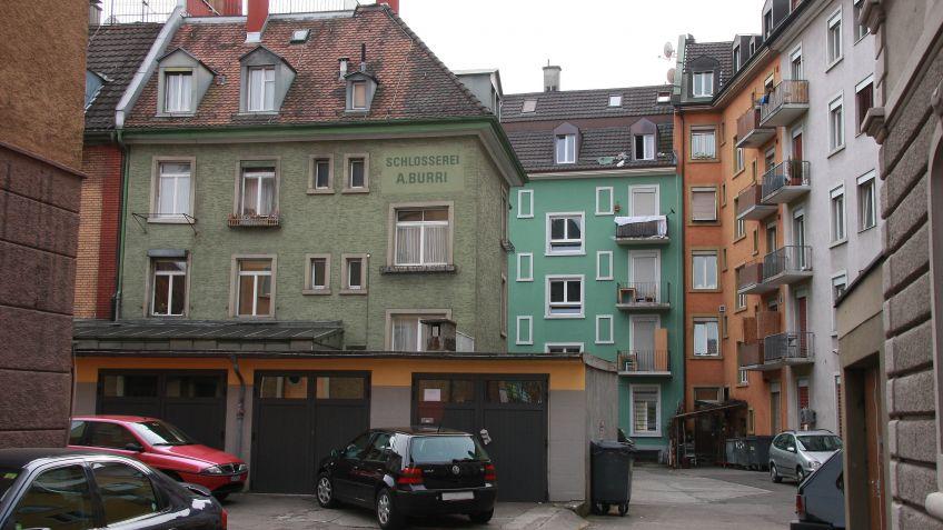Ehemaliger  Sitz  der  BURRI  public  elements  AG:  ein  Wohnhaus  in  der  Fabrikstrasse  in  Zürich.