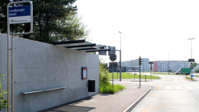 Die  Stehbank  600  von  Frédéric  Dedelleyergänzt  die  Haltestellen-Infastruktur  der  VBG.