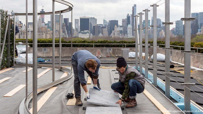 Vorbereitungen  zur  Ausstellung  von  Dan  Graham  auf  dem  Dach  des  Metropolitan  Museum,  New  York  City.