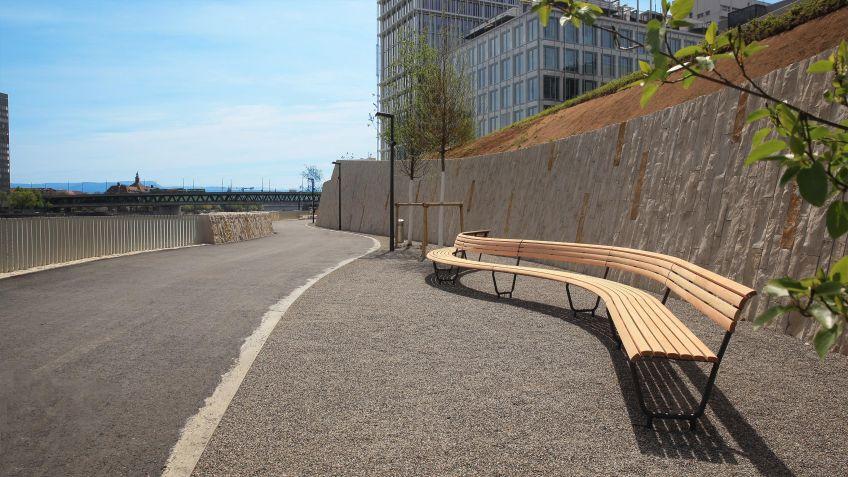 Spezialangefertigte  Landi-Bogenbank,  neue  Rheinuferpromenade  Basel