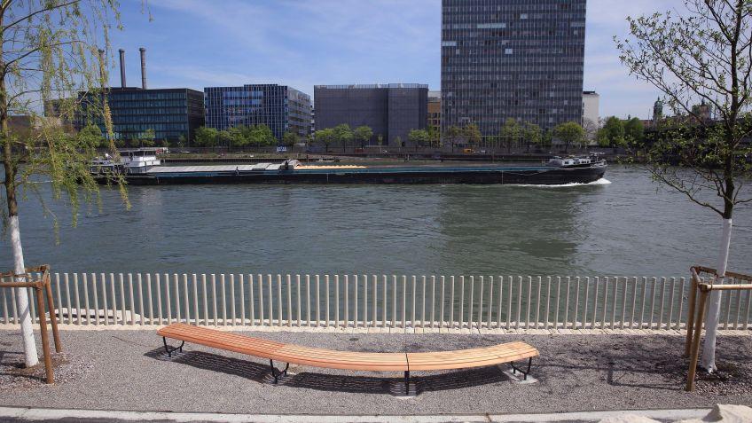 Spezialangefertigte  Landi-Bogenbank,  Rheinuferpromenade  Basel