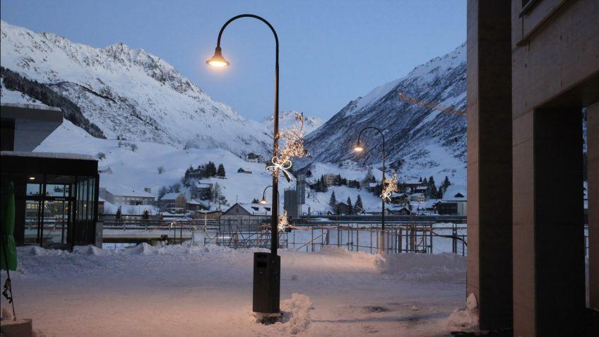 ALLEY Leuchte mit Bogenkandelaber in Andermatt