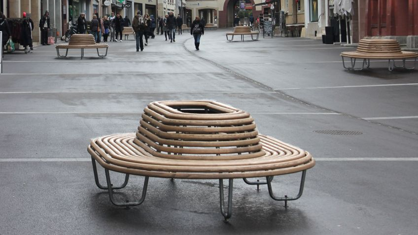 With the Sombrero 360° benches, BURRI public elements has created a visually pleasing ensemble of wood and metal.