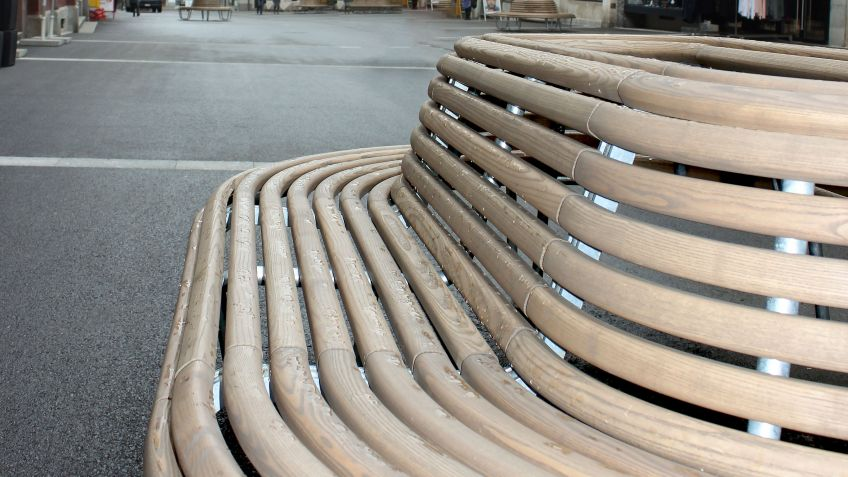 BURRI  public  elements  hat  die  autofreie  Rathausstrasse  in  Liestal  mit  spezialangefertigten  360°-Bänken  ausgestattet.