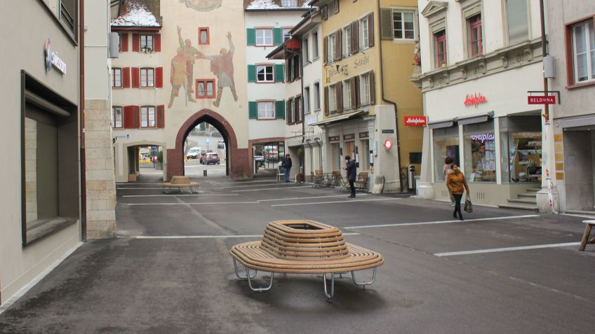 The Sombrero 360​​° benches offer the opportunity to discover shops and boutiques around Rathausstrasse.