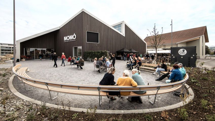 At the opening of the museum, the curved bench offered comfortable seating for the visiting pub-lic