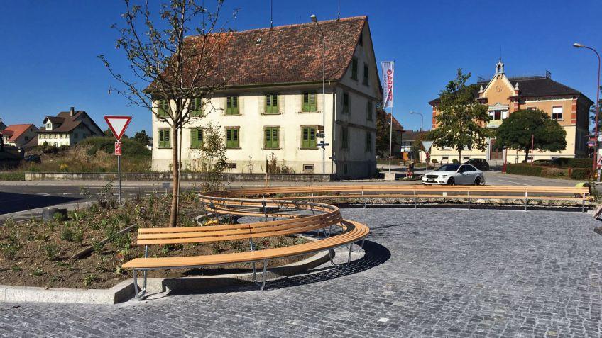 Die Bogenbank folgt der Kontur des Platzes