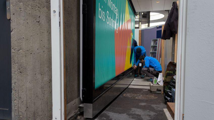 Montage der Branding-Wall am Flughafen Zürich