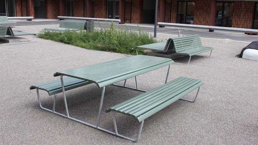 Warum nicht ein gemütliches Picknick an den Landi Bank-Tisch-Bank-Kombinationen geniessen?