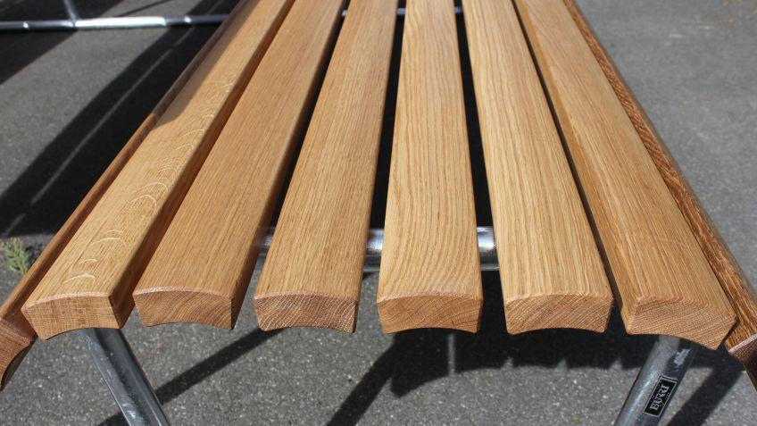 Auf Wunsch fertigte BURRI die Landi Tisch-Bank-Tisch-Kombination aus Eiche an