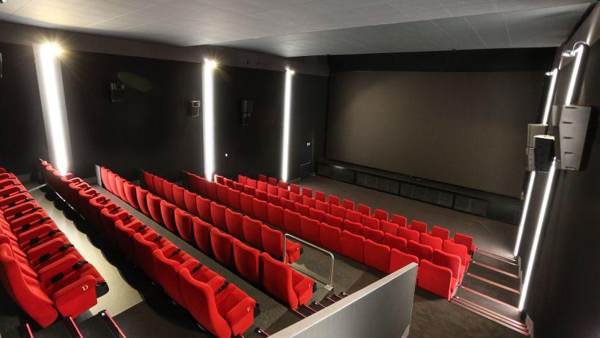 Erhöhte Tribüne mit optimalen Blick auf den CinemaLED-Screen