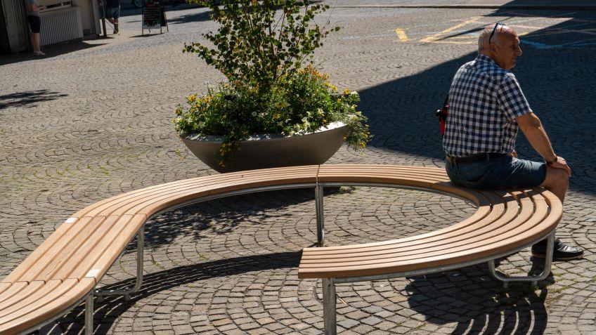 The steam-bent slats follow the seat geometry
