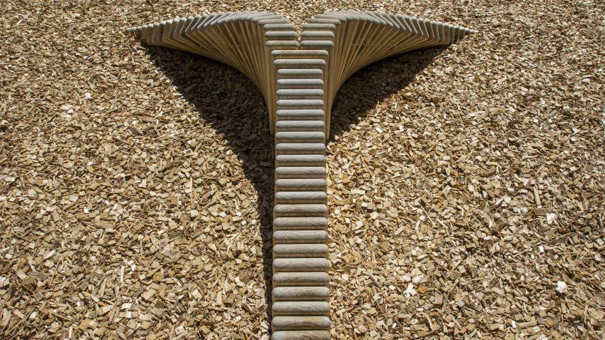 Der Drache steht in den Holzschnitzeln - dank Accoya-Holz kein Problem