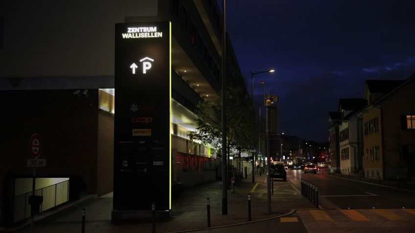 Pylons with LED lighting – Zentrum Wallisellen