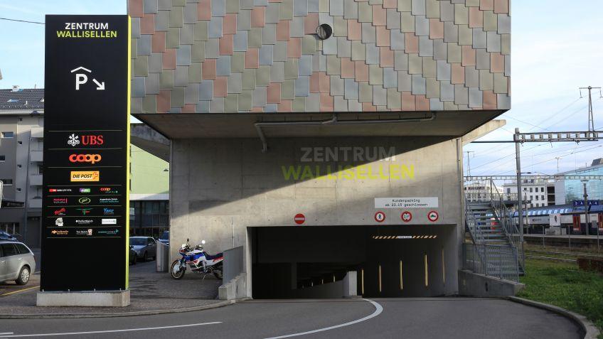 Pylone mit LED Beleuchtung und Signaletik wandgemalt beim Zentrum Wallisellen
