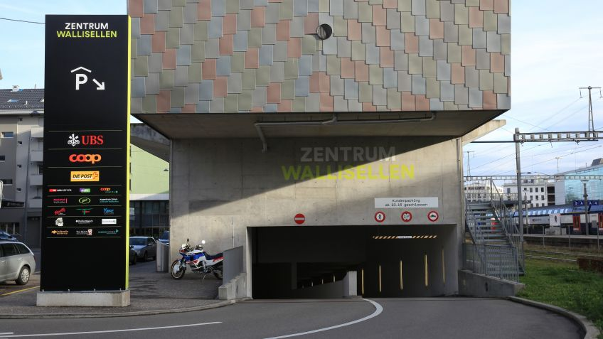 Pylons with LED lighting and mural signage – Zentrum Wallisellen