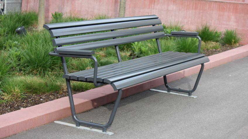 Diese Landi Sitzbank mit Rücken- und Armlehne überzeugt in Qualität und Ästhetik
