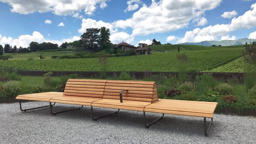 This bench blends in perfectly with the environs of Satigny