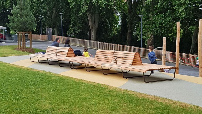 The public space is enlivened thanks to the incorporation of the special benches