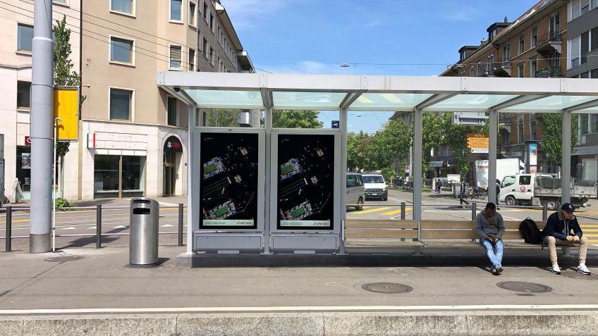 In  der  Wartehalle  der  Linie  2  am  Albisriederplatz  grüsst  ebenfalls  ein  digitales  Duo