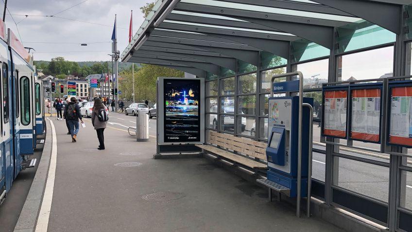 Auch  die  viel  beachtete  Werbefläche  an  der  Haltestelle  Bürkliplatz  ist  mit  einer  digitalen  Anzeige  ausgestattet